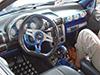 Corsa com muito tuning detalhes pintados em azul e cinza, monitor fixo no centro, rel�gios sobre o